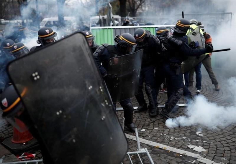 درگیری پلیس فرانسه با آتش نشانان در تظاهرات پاریس