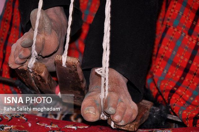 دستان و پاهای پینه بسته اش نقش عشق می زند